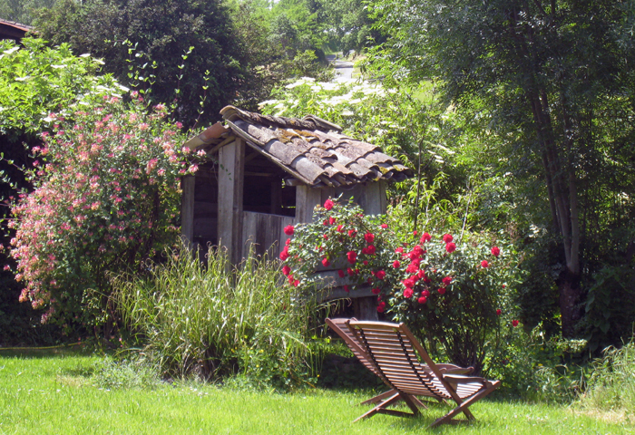 welcoming garden and quiet place at Batisse Belhomme, guest bedrooms in Tarn