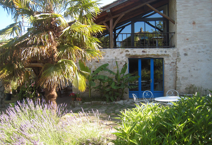 luxuriant vegetation, guest bedrooms in Puycelsi